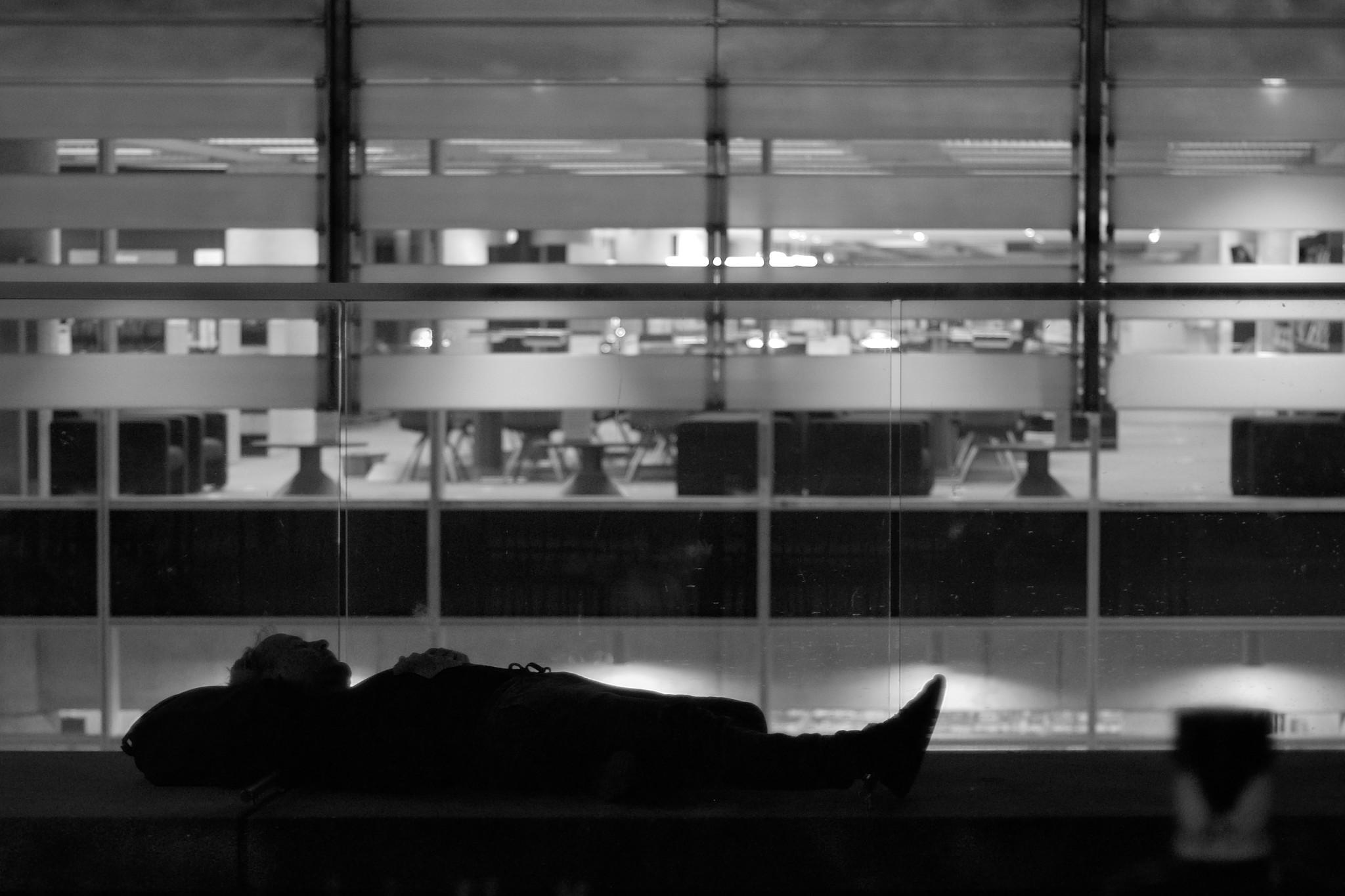 Sans-abri dormant devant une bibliothèque vide, Montréal, 2016.